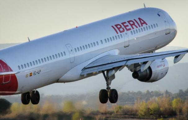 Fotografía Avión Iberia despegando / EFE (JM Cadenas)