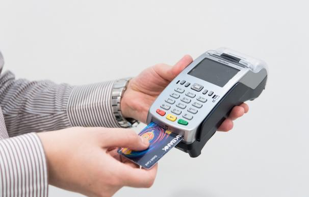 Fotografía de una tarjeta de débito.