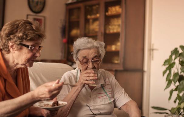 Fotografía de dos mujeres pensionistas.