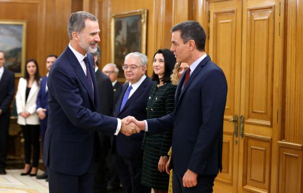El rey Felipe VI se saluda con Pedro Sánchez