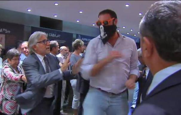 Uno de los asaltantes de Blanquerna pasa junto al diputado Josep Sánchez i Llibre