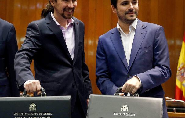 Pablo Iglesias y Alberto Garzón, en la recogida de sus carteras ministeriales
