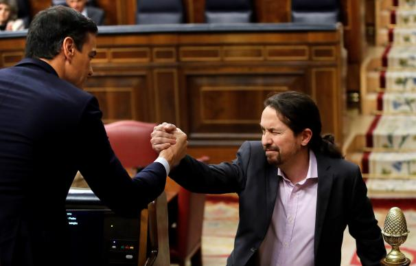 El líder de Unidas Podemos, Pablo Iglesias, saluda a Pedro Sánchez (i), tras su intervención ante el pleno del Congreso de los Diputados en la primera jornada de la sesión de investidura de Pedro Sánchez como presidente del Gobierno. EFE/Juan Carlos Hidal