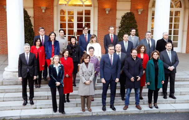 Los 22 ministros del primero gobierno de coalición llegan a la Moncloa