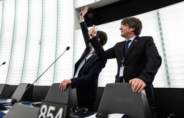 El expresidente de la Generalitat Carles Puigdemont junto a Toni Comin en el Parlamento Europeo. / EFE