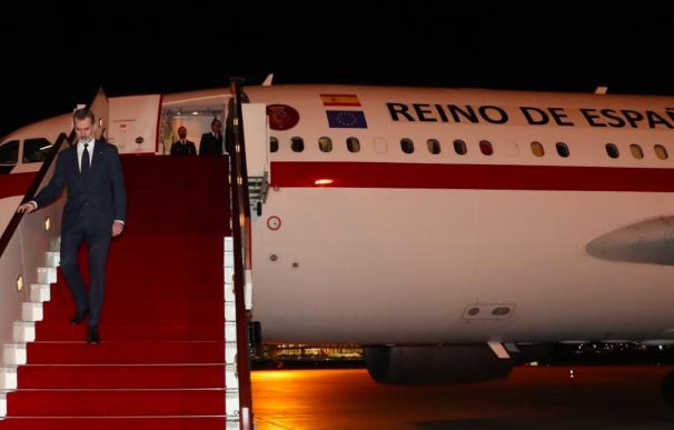 El Rey Felipe VI aterrizando en Omán.