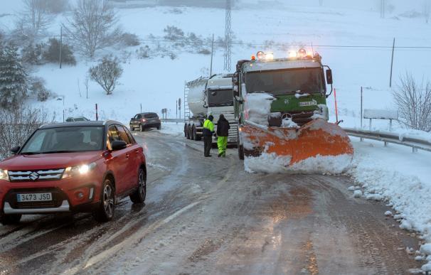 La borrasca Helena deja este viernes copiosas nevadas en la mitad norte peninsular, donde 56 carreteras de Galicia, Asturias, Cantabria, Navarra, Aragón, Cataluña y Castilla y León están afectadas (EFE/ Eliseo Trigo)