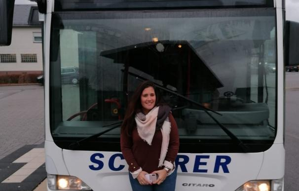 Eva frente a su autobús en Alemania