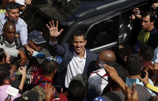 El presidente de la Asamblea Nacional de Venezuela, Juan Guaidó (c), saluda a simpatizantes durante una marcha contra el gobierno de Nicolás Maduro (EFE)