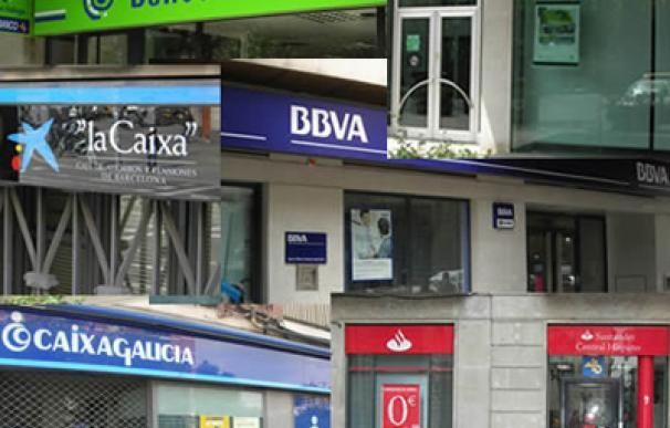 La crisis afecta de forma distinta a bancos y cajas de ahorros. Los bancos recortan plantilla y oficinas mientras las cajas aumentan su red