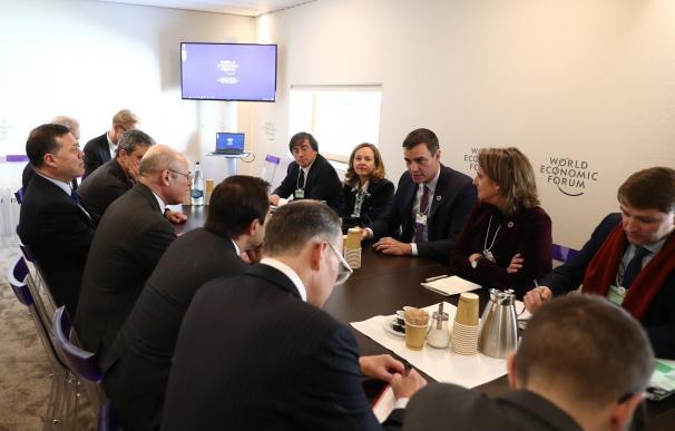 Cumbre de Sánchez con Soros y nueve grandes fondos para buscar inversiones
