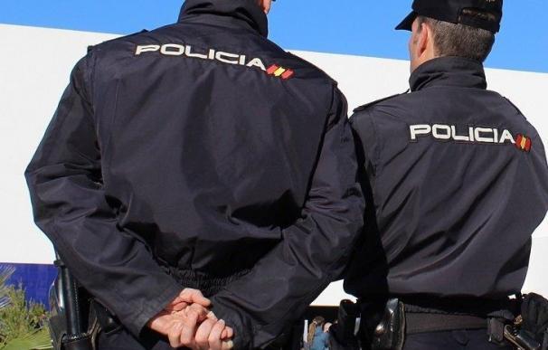 Málaga.- Sucesos.- Agentes de la Policía Nacional rescatan a dos personas de un incendio en su vivienda en Marbella