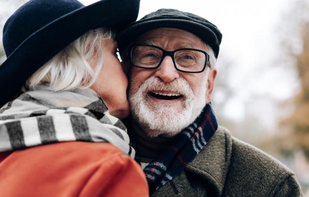 Fotografía de dos jubilados felices.