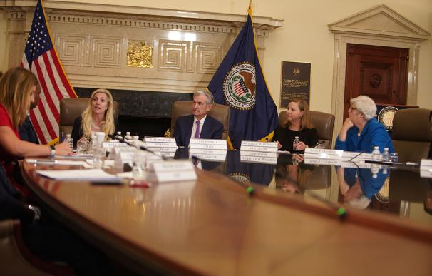 Powell (c), con las gobernadoras Brainard (i) y Bowman (d).