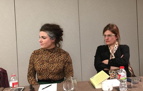 La autora de 'Cómo ser famosa', Caitlin Moran, junto a la editora, Silvia Sesé