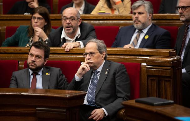 El vicepresidente de la Generalitat, Pere Aragonès (1i) y el president de la Generalitat, Quim Torra (2i), durante un Pleno del Parlament de Catalunya, en Barcelona (España), a 27 de enero de 2020.