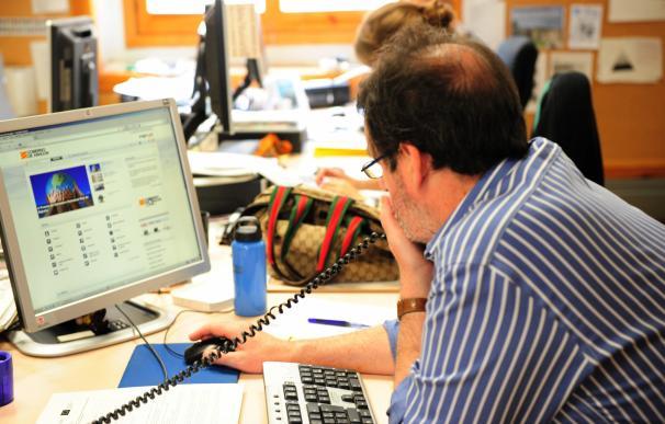 Funcionario delante de un ordenador e-administración electrónica