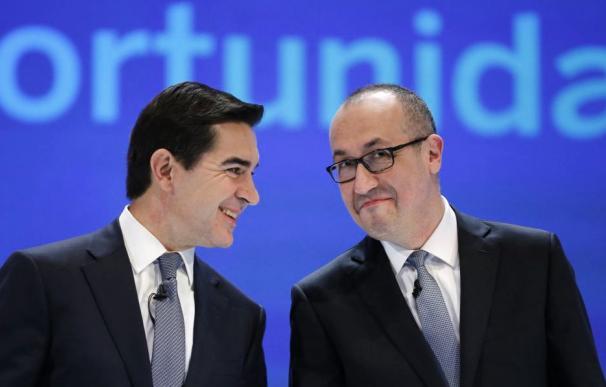 El presidente de BBVA, Carlos Torres, junto al CEO, Onur Genç