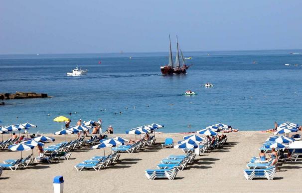Playa de Las Vistas en el municipio de Arona (Tenerife), sombrillas, hamacas, mar, sol, verano, turistas