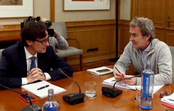El ministro de Sanidad, Salvador Illa (i), conversa con el director del Centro de Emergencias y Alertas Sanitarias del Ministerio de Sanidad, Fernando Simón