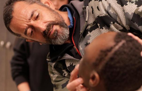 Fotografía del doctor Cavadas junto al niño al que le extirpó el turmor de la cabeza.