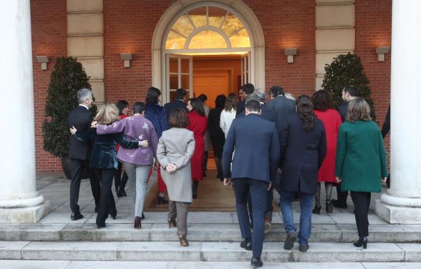 El presidente del Gobierno, los cuatro vicepresidentes y los 18 ministros entran, en La Moncloa tras la foto de familia donde tendrán lugar la primera reunión del consejo de ministros del Gobierno de coalición de PSOE y Unidas Podemos