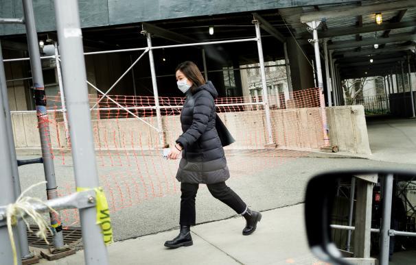 Fotografía de una mujer con mascarilla protegiéndose del coronavirus.