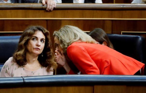 La ministras Maria Jesús Montero (zquierda) y Nadia Calviño en el Congreso. EFE