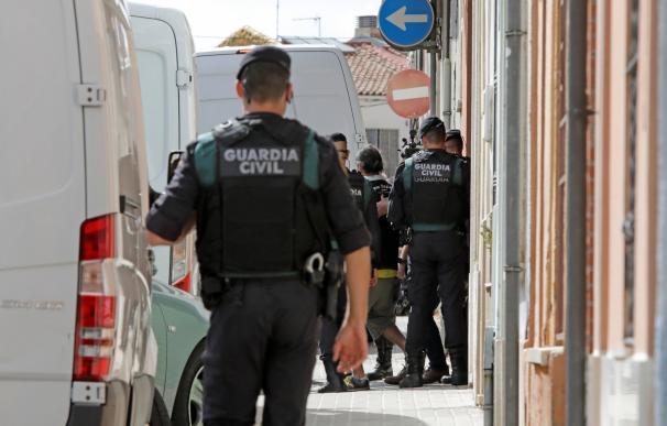 Agentes de la Guardia Civil durante las detenciones de los 9 CDR. / EFE