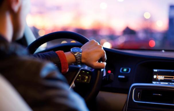 Fotografía de archivo: hombre conduciendo