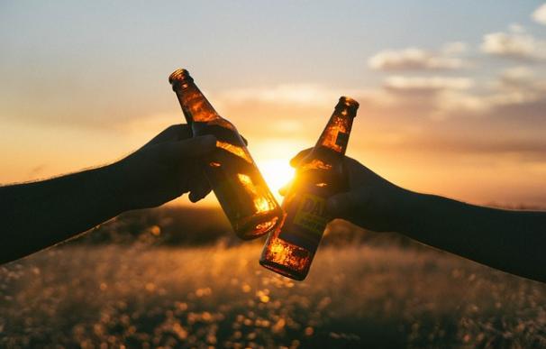 ¿Que tal una cerveza después de un duro día de trabajo? / Pixabay
