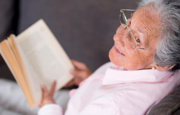 Fotografía de una jubilada leyendo.