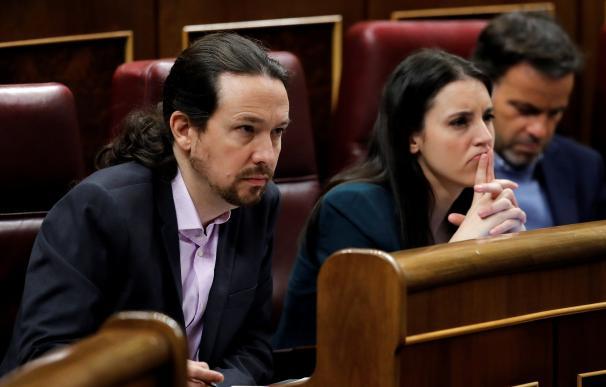 Los líderes de Unidas Podemos, Pablo Iglesias e Irene Montero, escuchan el discurso del candidato a la Presidencia del Gobierno, Pedro Sánchez, hoy sábado en el Congreso de los Diputados durante la primera jornada de la sesión de investidura. EFE/Juan Ca