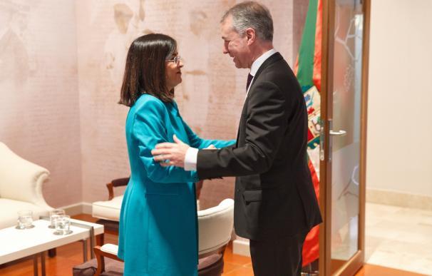 El lehendakari, Iñigo Urkullu (d), recibe este jueves en Vitoria a la ministra de Política Territorial, Carolina Darias (i), antes de reunirse. /EFE