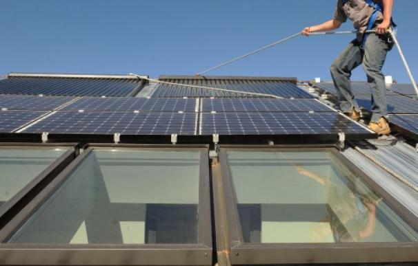 Fotografía colocación paneles solares en vivienda / EFE