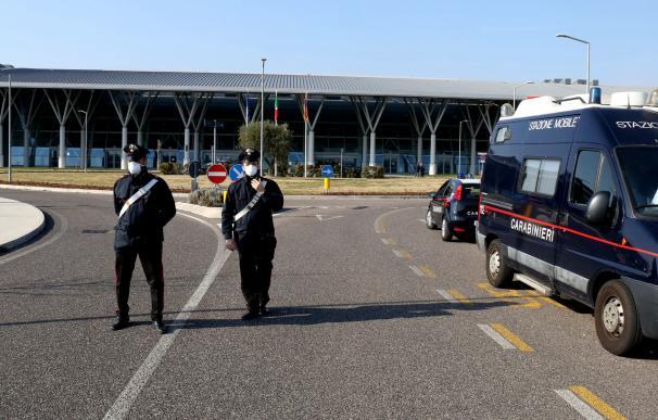 Policía de guardia en el hospital de Schiavonia, cerca de Padua, donde se realizan pruebas para el coronavirus ala población de la región de Veneto, en el norte de Italia.
