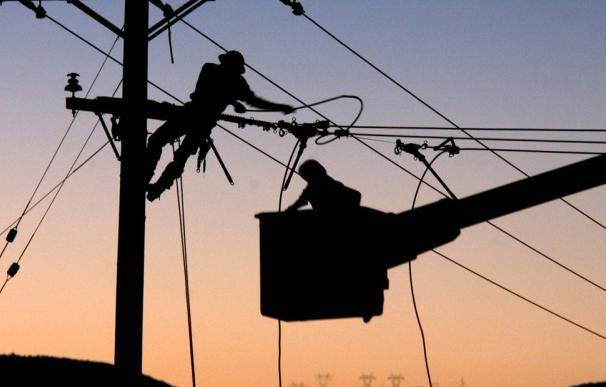 La CNMC decidirá la retribución al transporte y la distribución de electricidad.