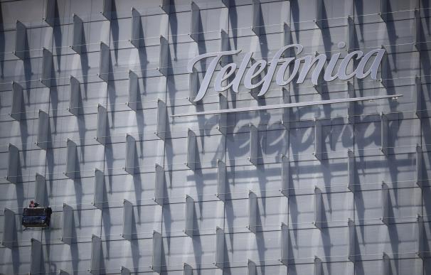 Logo de Telefónica insertado en el edificio de su sede, en la Ronda de la Comunicación de Madrid.