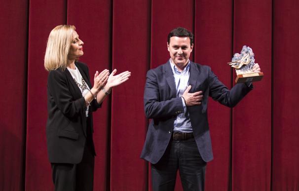 El presidente de la Diputación de Almería, Javier Aureliano García, recibe el Antifaz de Oro
