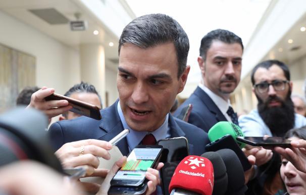 El presidente del Gobierno, Pedro Sánchez, atiende a los medios a su llegada por vez primera al Senado en esta legislatura. /EFE