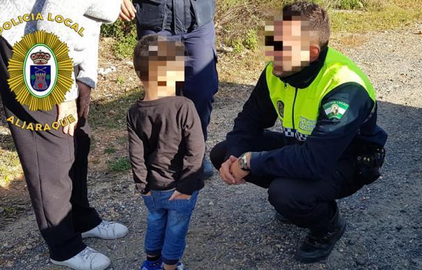 El pequeño al ser encontrado por los agentes. /Policía de Aljaraque