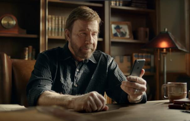 Chuck Norris, con un iPhone