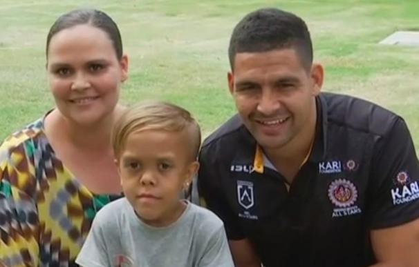 Fotografía de Quaden Bayles junto a su madre y un jugador de rugby.