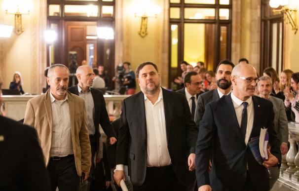 El exvicepresident de la Generalitat y preso del 'Procés', Oriol Junqueras (centro) y el exconseller y preso del 'Procés', Raül Romeva (dech), a su llegada al Parlamet de Catalunya