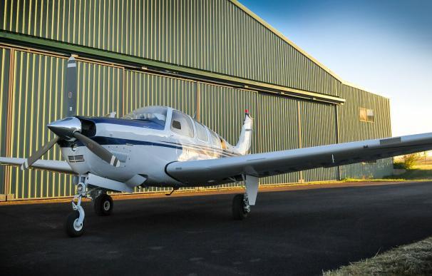 Fotografía de un avión en un hangar.