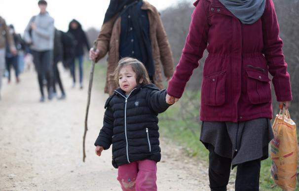 Un grupo de refugiados se dirige a la frontera griega desde la ciudad turca de Edirne