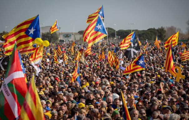 Miles de personas arropan a Puigdemont en su arranque de campaña en Perpiñán