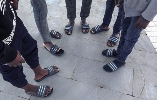 Denuncian que 'menas' en Melilla tienen que ir en chanclas porque no les dan calzado y Bienestar Social lo niega