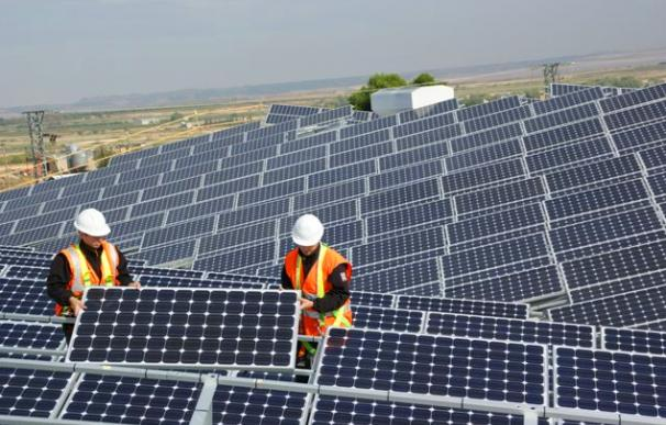 La CNMC prepara medidas para cortar la burbuja de las renovables.