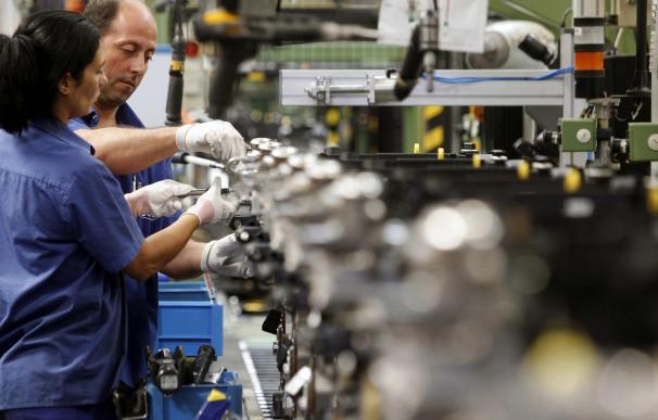 Trabajadores en una cadena de montaje.